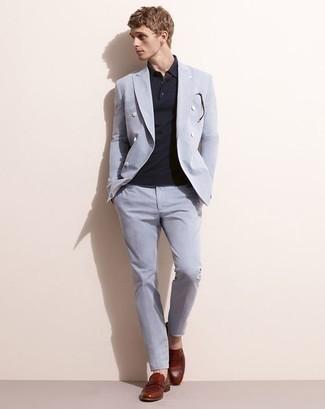 Dunkelrote Leder Slipper kombinieren: trends 2020: Kombinieren Sie einen hellblauen Anzug mit einem dunkelblauen Polohemd für Ihren Bürojob. Komplettieren Sie Ihr Outfit mit dunkelroten Leder Slippern, um Ihr Modebewusstsein zu zeigen.