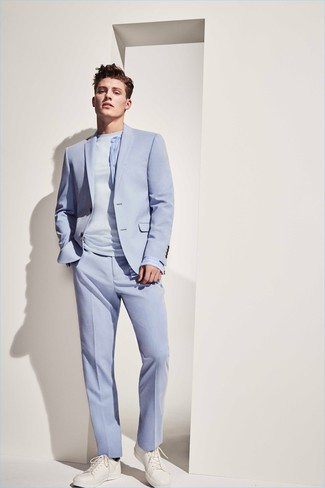 Wie kombinieren: hellblauer Anzug, hellblaues T-Shirt mit einem Rundhalsausschnitt, weiße Leder niedrige Sneakers