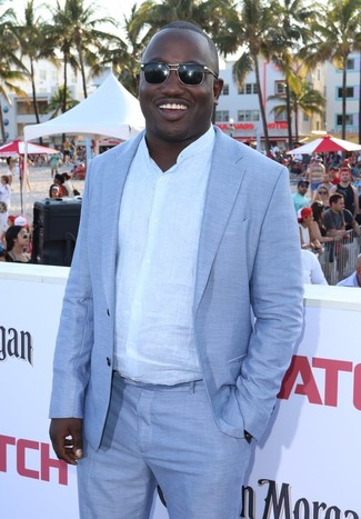 Wie kombinieren: hellblauer Anzug, weißes Leinen Langarmhemd, schwarze Sonnenbrille