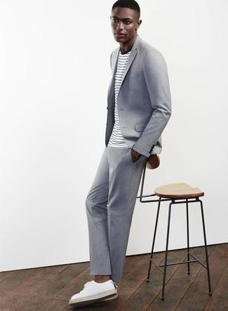 Weißes und dunkelblaues horizontal gestreiftes T-Shirt mit einem Rundhalsausschnitt kombinieren: trends 2020: Kombinieren Sie ein weißes und dunkelblaues horizontal gestreiftes T-Shirt mit einem Rundhalsausschnitt mit einem hellblauen Anzug für Drinks nach der Arbeit. Fühlen Sie sich mutig? Wählen Sie weißen Leder niedrige Sneakers.