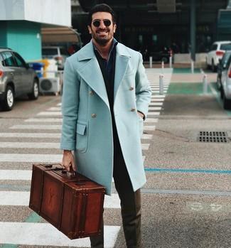 Dunkelblaues Jeanshemd kombinieren für kalt Wetter: trends 2020: Machen Sie sich mit einem dunkelblauen Jeanshemd und einer olivgrünen Anzughose einen verfeinerten, eleganten Stil zu Nutze.
