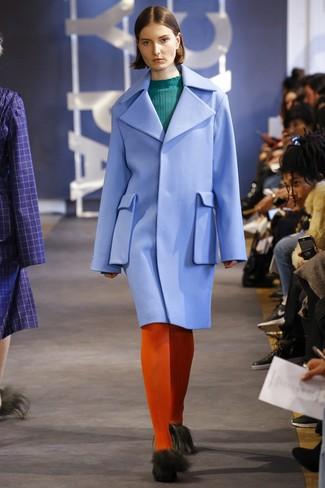 Olivgrünen Pullover mit einem Rundhalsausschnitt kombinieren – 42 Damen Outfits: Ein olivgrüner Pullover mit einem Rundhalsausschnitt und ein hellblauer Mantel sind absolut Casual-Essentials und können mit einer Vielzahl von Kleidungsstücken gepaart werden, um ein entspanntes Outfit zu erzielen.