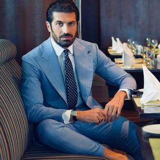 Wie kombinieren: hellblauer vertikal gestreifter Anzug, weißes Businesshemd, dunkelblaue bedruckte Krawatte