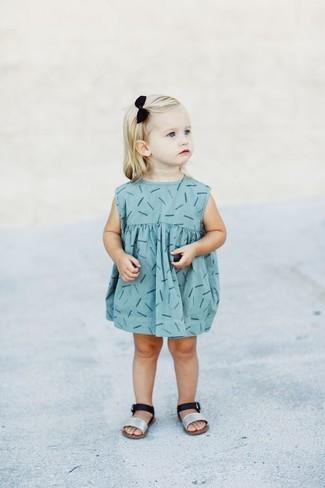 Wie kombinieren: hellblaues bedrucktes Kleid, silberne Sandalen