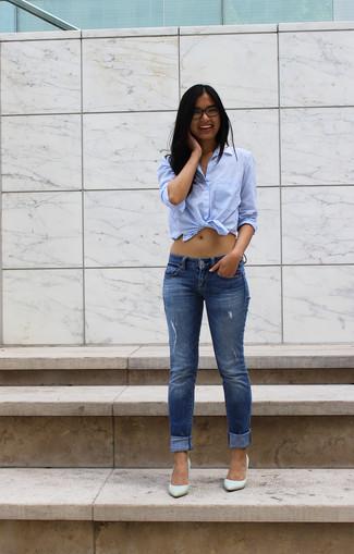 Tragen Sie ein hellblaues Businesshemd und blauen enge Jeans mit Destroyed-Effekten für ein Alltagsoutfit, das Charakter und Persönlichkeit ausstrahlt. Komplettieren Sie Ihr Outfit mit grünen Leder Pumps.