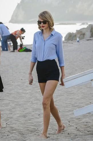 Taylor Swift trägt Hellblaues Businesshemd, Schwarze Shorts, Schwarze Sonnenbrille