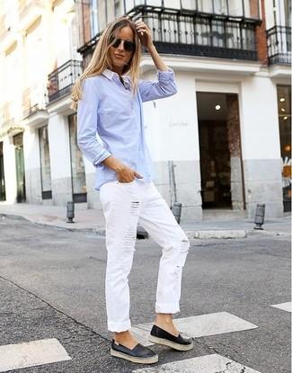Wie kombinieren: hellblaues Businesshemd, weiße Boyfriend Jeans mit Destroyed-Effekten, schwarze Slip-On Sneakers aus Leder