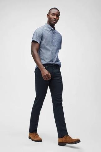 Hose kombinieren: trends 2020: Vereinigen Sie ein hellblaues Chambray Kurzarmhemd mit einer Hose für ein sonntägliches Mittagessen mit Freunden. Rotbraune Wildleder Derby Schuhe sind eine einfache Möglichkeit, Ihren Look aufzuwerten.
