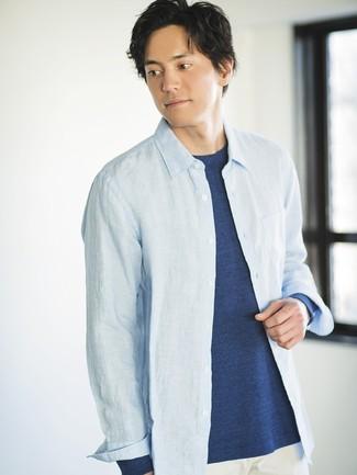 Wie kombinieren: hellblaues Chambray Langarmhemd, dunkelblaues Langarmshirt, weiße Chinohose