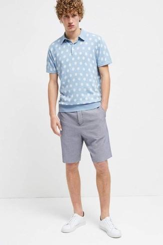 Wie kombinieren: hellblaues gepunktetes Polohemd, blaue Shorts aus Seersucker, weiße Leder niedrige Sneakers