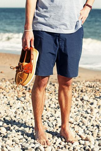 Für ein bequemes Couch-Outfit, entscheiden Sie sich für ein hellblaues horizontal gestreiftes T-Shirt mit einem V-Ausschnitt und dunkelblauen Shorts. Wählen Sie orange leder bootsschuhe, um Ihr Modebewusstsein zu zeigen.