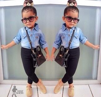 Wie kombinieren: hellblaues Jeans Businesshemd, schwarze Leggings, beige Oxford Schuhe