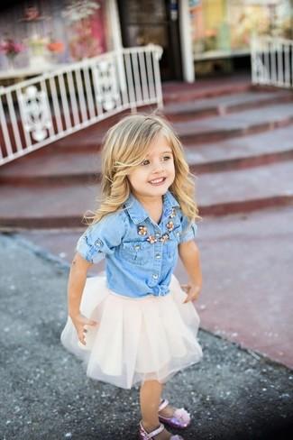 Wie kombinieren: hellblaues Jeans Businesshemd, weißer Tüllrock, rosa Ballerinas