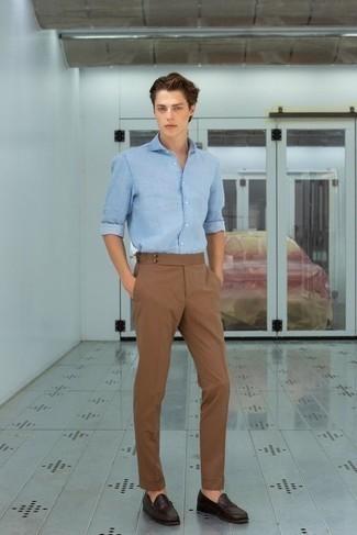 Herren Outfits & Modetrends 2020: Die Vielseitigkeit von einem hellblauen Jeanshemd und einer braunen Chinohose machen sie zu einer lohnenswerten Investition. Fühlen Sie sich mutig? Vervollständigen Sie Ihr Outfit mit dunkelbraunen Leder Slippern.