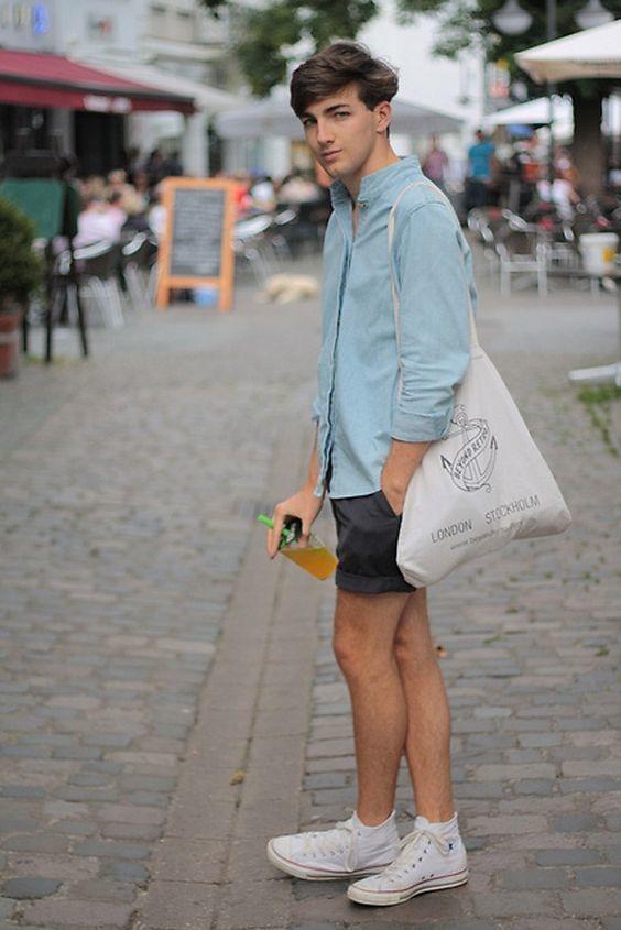 hellblaues Jeanshemd, schwarze Shorts, weiße hohe Sneakers