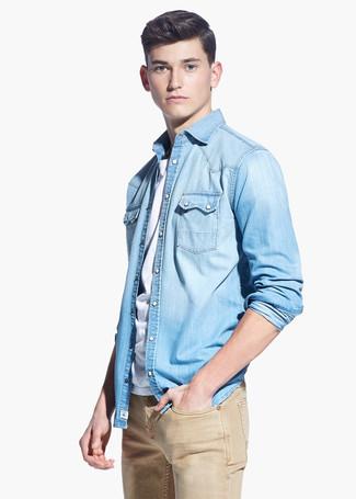 Wie kombinieren: hellblaues Jeanshemd, weißes T-Shirt mit einem Rundhalsausschnitt, beige Jeans