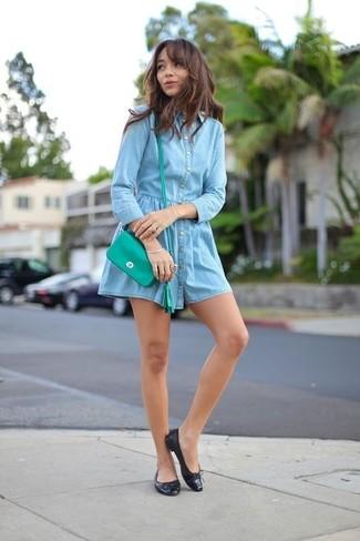 Damen Outfits & Modetrends 2020: Um eine entspannte und tolle Silhouette zu erzeugen, wahlen Sie ein hellblaues Jeansshirtkleid. Wenn Sie nicht durch und durch formal auftreten möchten, entscheiden Sie sich für schwarzen Leder Ballerinas.