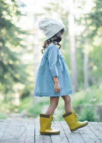 Wie kombinieren: hellblaues Kleid, gelbe Gummistiefel, weiße Mütze