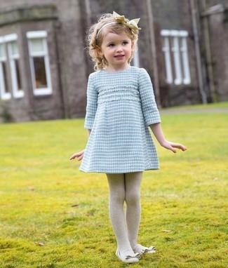 Wie kombinieren: hellblaues Kleid, hellbeige Ballerinas, hellbeige Strumpfhose