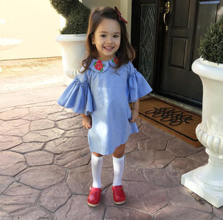 Wie kombinieren: hellblaues Kleid, rote Ballerinas, weiße Socke