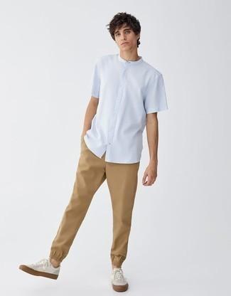 Weiße Leder niedrige Sneakers kombinieren – 500+ Herren Outfits: Kombinieren Sie ein hellblaues Kurzarmhemd mit einer beige Chinohose für einen bequemen Alltags-Look. Weiße Leder niedrige Sneakers sind eine großartige Wahl, um dieses Outfit zu vervollständigen.