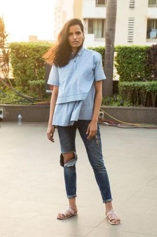 Wie kombinieren: hellblaues Kurzarmhemd, dunkelblaue Boyfriend Jeans mit Destroyed-Effekten, rosa Leder Zehentrenner