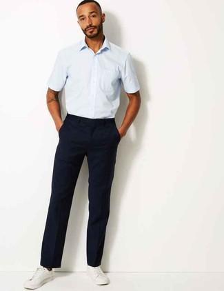 Wie kombinieren: hellblaues Kurzarmhemd, dunkelblaue Chinohose, weiße Leder niedrige Sneakers