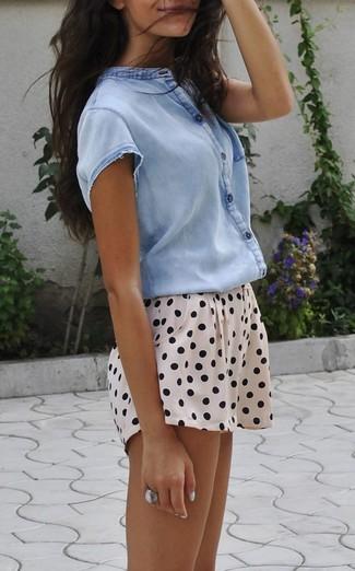 Wie kombinieren: hellblaues Kurzarmhemd, hellbeige gepunktete Shorts, silberner Ring