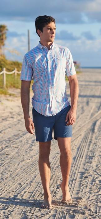 Wie kombinieren: hellblaues Kurzarmhemd mit Schottenmuster, dunkelblaue Shorts