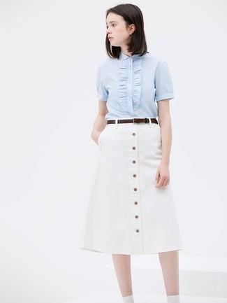 Wie kombinieren: hellblaues Kurzarmhemd, weißer Rock mit Knöpfen, dunkelbrauner Ledergürtel
