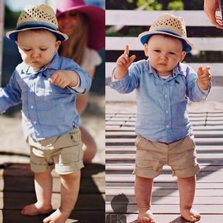 Wie kombinieren: hellblaues Langarmhemd, beige Shorts, hellbeige Hut