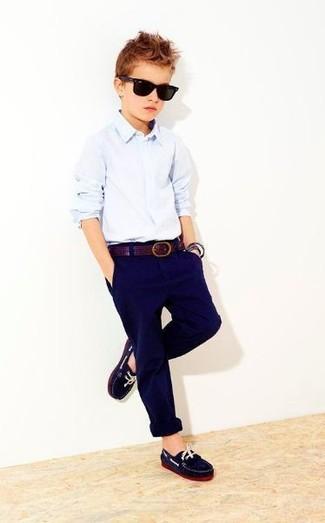 Wie kombinieren: hellblaues Langarmhemd, dunkelblaue Hose, dunkelblaue Slipper