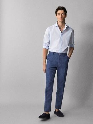 Hellblaues Langarmhemd kombinieren – 500+ Herren Outfits: Paaren Sie ein hellblaues Langarmhemd mit einer dunkelblauen Leinen Chinohose für ein großartiges Wochenend-Outfit. Schwarze Slip-On Sneakers aus Segeltuch fügen sich nahtlos in einer Vielzahl von Outfits ein.