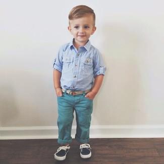 Wie kombinieren: hellblaues Langarmhemd, dunkeltürkise Jeans, dunkelblaue Bootsschuhe