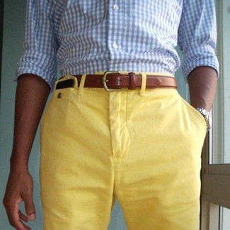Wie kombinieren: hellblaues Langarmhemd mit Vichy-Muster, gelbe Shorts, brauner Ledergürtel