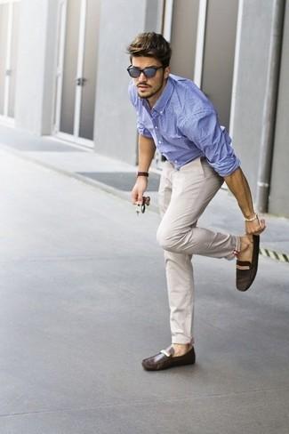 Beige hose und hellblaues hemd
