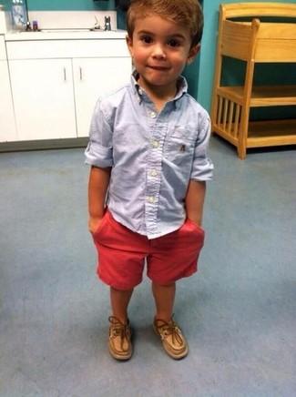 Wie kombinieren: hellblaues Langarmhemd, rote Shorts, beige Bootsschuhe