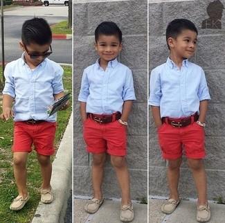 Wie kombinieren: hellblaues Langarmhemd, rote Shorts, hellbeige Slipper