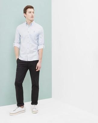 Wie kombinieren: hellblaues Langarmhemd, schwarze Chinohose, weiße Segeltuch niedrige Sneakers