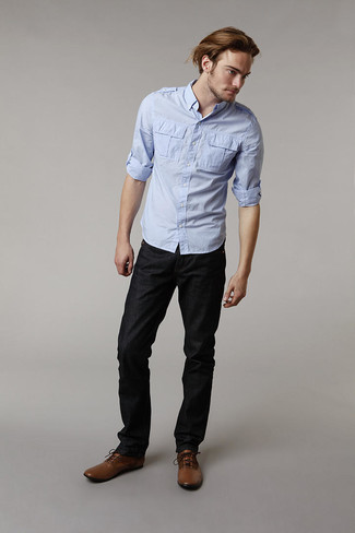 Wie kombinieren: hellblaues Langarmhemd, schwarze Jeans, braune Lederformelle stiefel