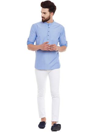 Wie kombinieren: hellblaues Langarmhemd, weiße enge Jeans, dunkelblaue Wildleder Mokassins