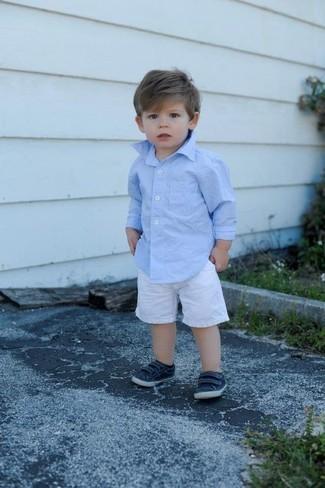 Wie kombinieren: hellblaues Langarmhemd, weiße Shorts, dunkelblaue Turnschuhe
