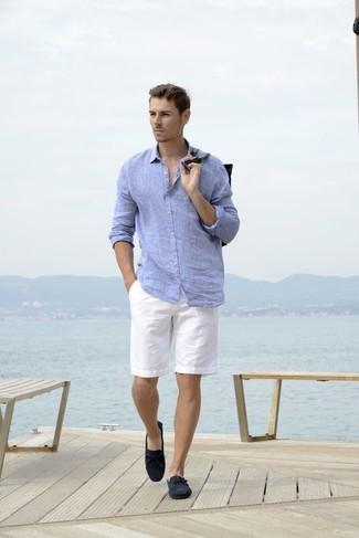 Wie kombinieren: hellblaues Leinen Langarmhemd, weiße Shorts, dunkelblaue Wildleder Mokassins