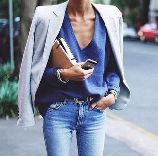 Wie kombinieren: hellblaues Sakko, blauer Pullover mit einem V-Ausschnitt, hellblaue enge Jeans