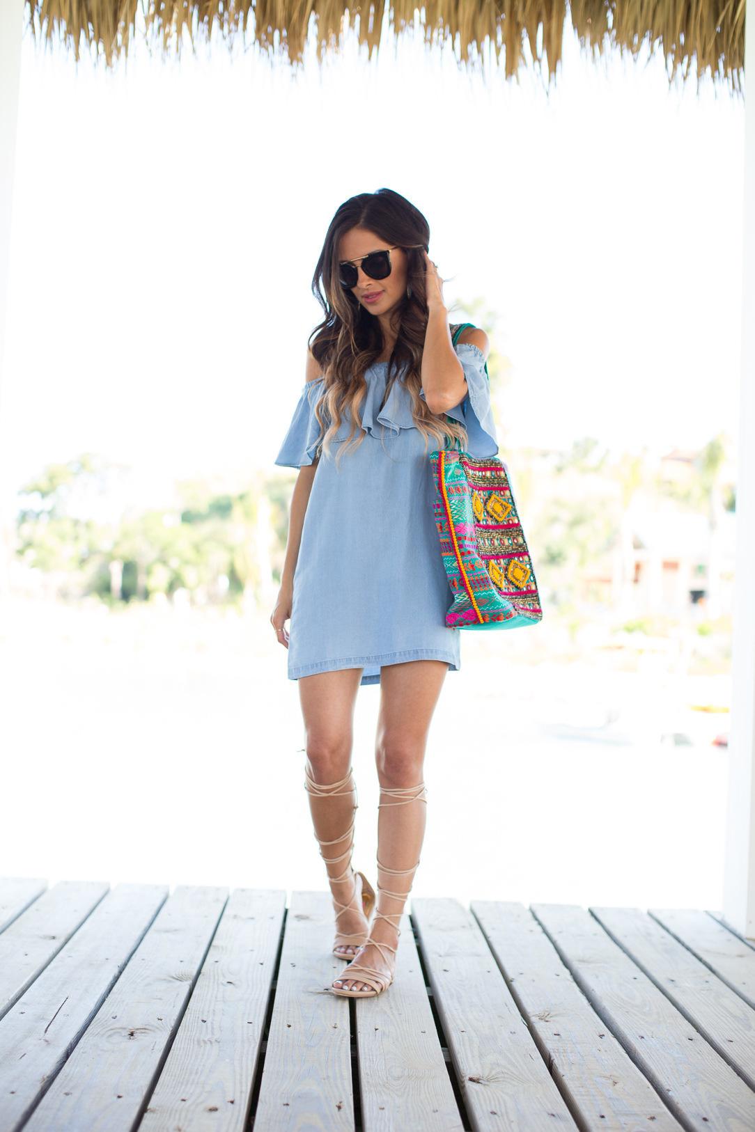 Hellblaues kleid wie kombinieren