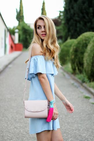 Wie kombinieren: hellblaues schulterfreies Kleid, rosa Leder Umhängetasche, fuchsia Armband