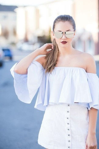 Wie kombinieren: hellblaues schulterfreies Oberteil, weißer Rock mit Knöpfen, silberne Sonnenbrille