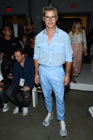 Niedrige Sneakers kombinieren: Kombinieren Sie ein hellblaues Seidelangarmhemd mit einer hellblauen Chinohose für einen bequemen Alltags-Look. Wenn Sie nicht durch und durch formal auftreten möchten, komplettieren Sie Ihr Outfit mit niedrigen Sneakers.