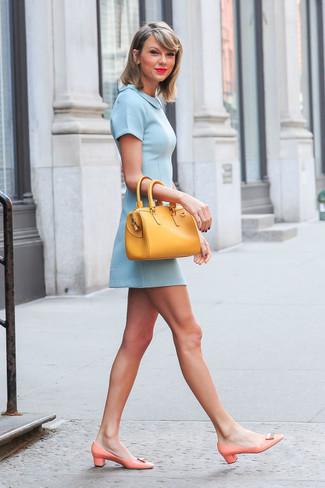 Taylor Swift trägt Hellblaues Skaterkleid, Orange Leder Pumps, Gelbe Shopper Tasche aus Leder