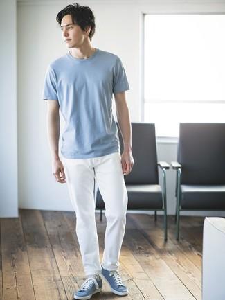Wie kombinieren: hellblaues T-Shirt mit einem Rundhalsausschnitt, weiße Chinohose, hellblaue niedrige Sneakers